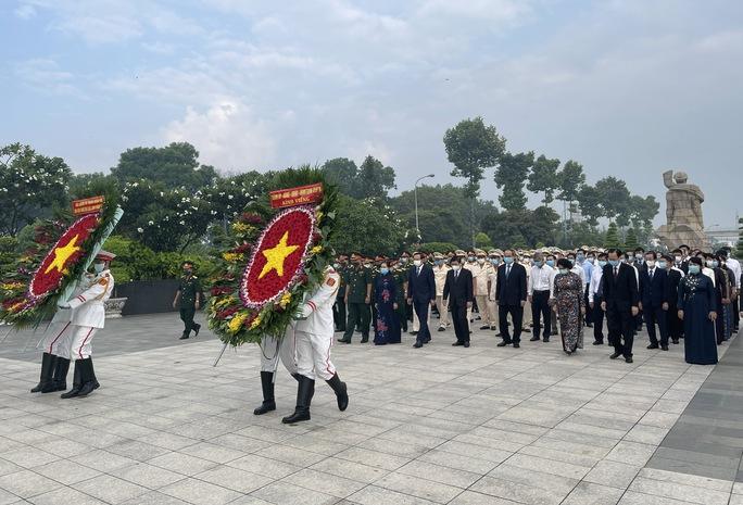Lãnh đạo TP HCM dâng hoa, dâng hương Chủ tịch Hồ Chí Minh, các anh hùng liệt sĩ - Ảnh 1.
