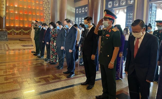 Lãnh đạo TP HCM dâng hoa, dâng hương Chủ tịch Hồ Chí Minh, các anh hùng liệt sĩ - Ảnh 4.