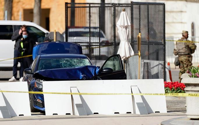 Lao xe vào hàng rào an ninh, giết chết cảnh sát Quốc hội Mỹ - Ảnh 1.