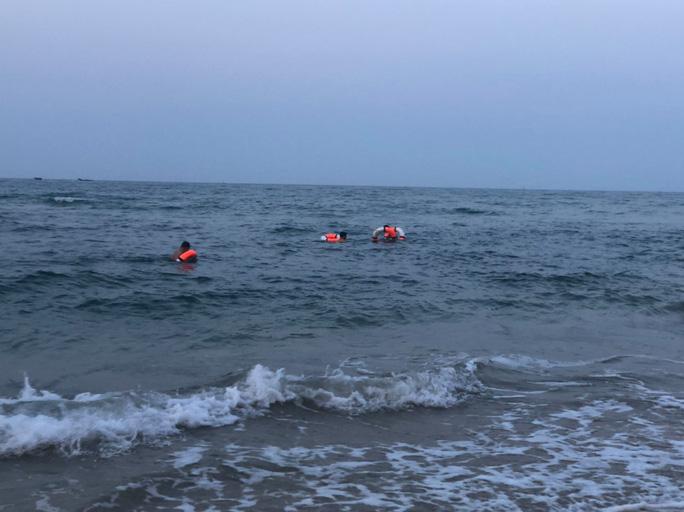 Nam sinh 16 tuổi chết đuối khi tắm biển cùng bạn - Ảnh 1.