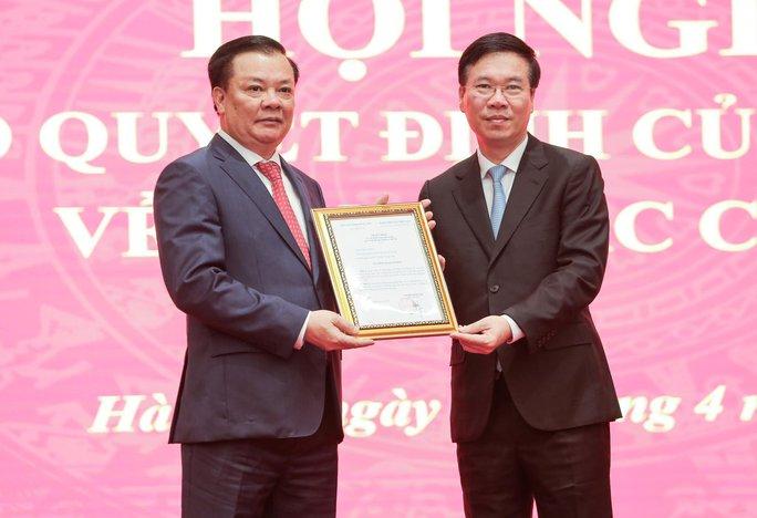 Công bố quyết định của Bộ Chính trị phân công ông Đinh Tiến Dũng làm Bí thư Thành ủy Hà Nội - Ảnh 1.