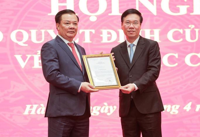 Trao quyết định phân công tân Bí thư Thành ủy Hà Nội - Ảnh 1.