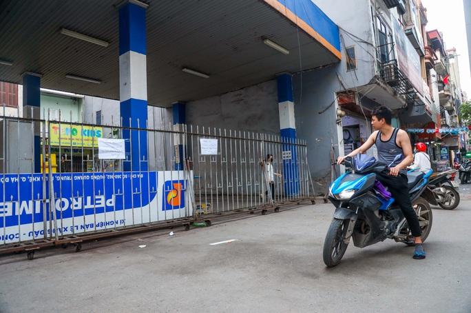 Cận cảnh cây xăng phải đóng cửa vì nguy cơ mất an toàn đường sắt Cát Linh-Hà Đông - Ảnh 13.