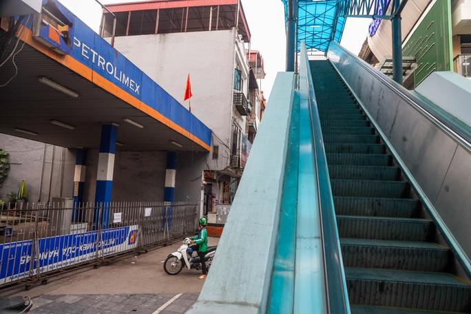 Cận cảnh cây xăng phải đóng cửa vì nguy cơ mất an toàn đường sắt Cát Linh-Hà Đông - Ảnh 4.