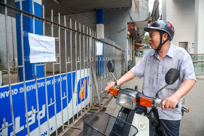 Cận cảnh cây xăng phải đóng cửa vì nguy cơ mất an toàn đường sắt Cát Linh-Hà Đông - Ảnh 1.