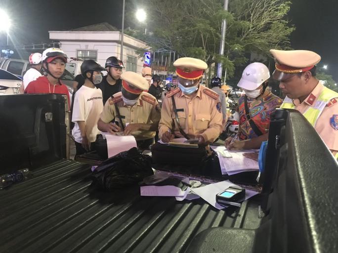 Hơn 3 giờ ra quân, CSGT xử phạt 30 quái xế - Ảnh 1.
