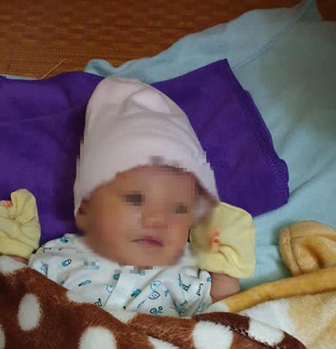 Một bé trai sơ sinh bị bỏ rơi trong đêm ở Quảng Bình - Ảnh 1.