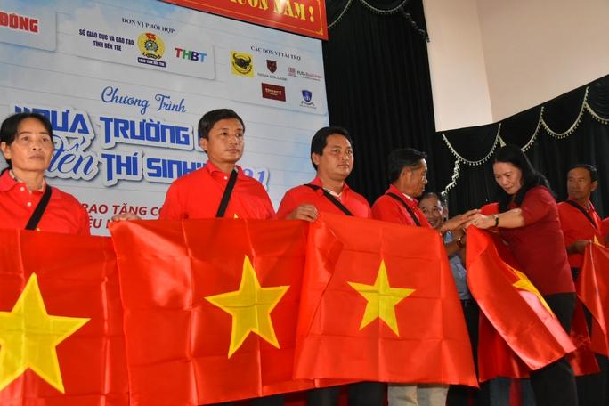 2.000 lá cờ Tổ quốc đến với ngư dân Bến Tre - Ảnh 7.