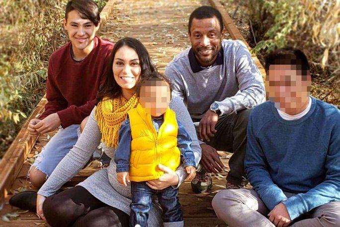 Cha mẹ, anh trai chết đột ngột, 2 em bé bơ vơ ở Mỹ suốt 3 ngày - Ảnh 1.
