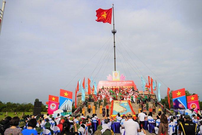 Xúc động Lễ Thượng cờ Thống nhất non sông ở đôi bờ Hiền Lương - Bến Hải - Ảnh 1.