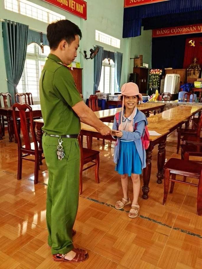 Nhặt được 20 triệu đồng, HS lớp 2 ở Quảng Nam có hành động bất ngờ - Ảnh 2.