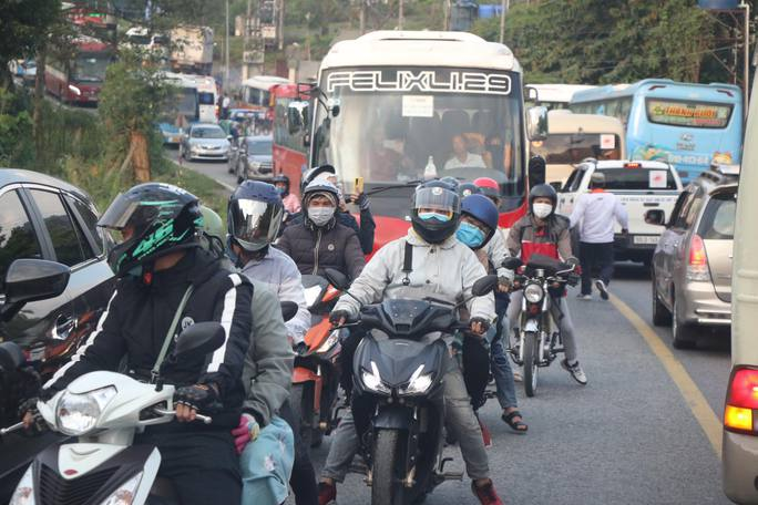 Đoàn đua xe đạp Cúp truyền hình TP HCM mắc kẹt trên đèo Bảo Lộc - Ảnh 1.