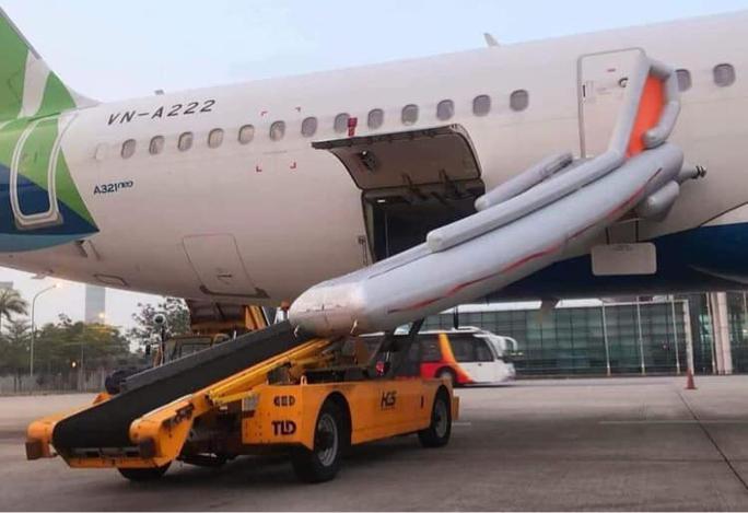 Khách mở cửa thoát hiểm máy bay ở Nội Bài làm bung phao cứu sinh - Ảnh 1.