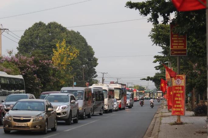 Đoàn đua xe đạp Cúp truyền hình TP HCM mắc kẹt trên đèo Bảo Lộc - Ảnh 2.