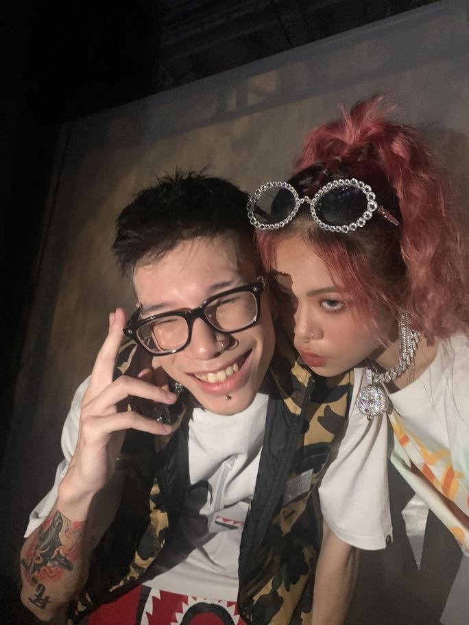 Ôm hôn ở chốn đông người, rapper MCK và Tlinh bị chỉ trích - Ảnh 1.