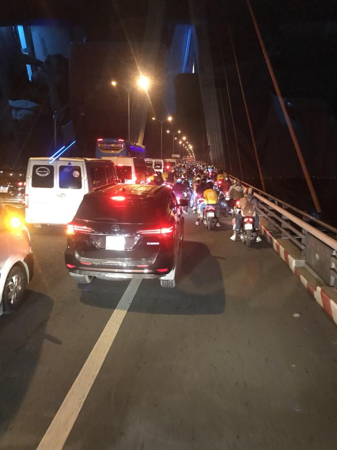 Ngăn hàng trăm quái xế đua xe ở cầu Cần Thơ rạng sáng 30-4 - Ảnh 2.