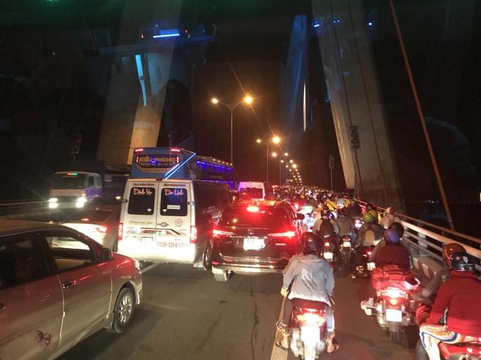 Ngăn hàng trăm quái xế đua xe ở cầu Cần Thơ rạng sáng 30-4 - Ảnh 3.