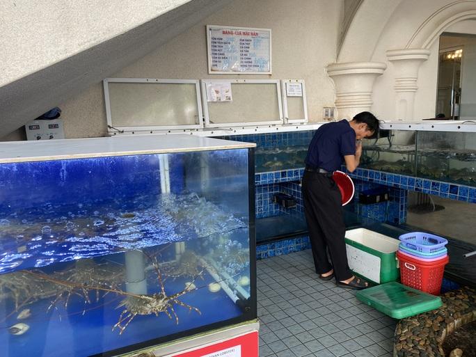 Du khách đổ về Bà Rịa - Vũng Tàu ăn hải sản, giá cả tăng vọt - Ảnh 1.