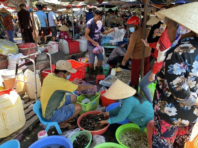 Du khách đổ về Bà Rịa - Vũng Tàu ăn hải sản, giá cả tăng vọt - Ảnh 3.