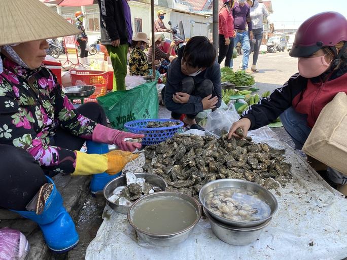 Du khách đổ về Bà Rịa - Vũng Tàu ăn hải sản, giá cả tăng vọt - Ảnh 4.