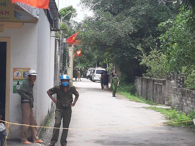 CLIP: Hàng trăm cảnh sát bao vây căn nhà nghi phạm bắn chết 2 người cố thủ - Ảnh 8.
