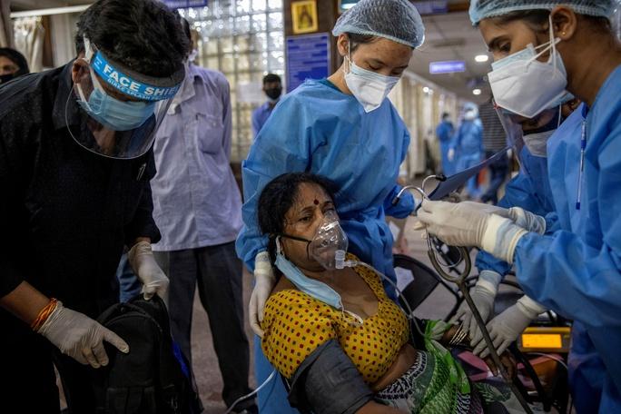 Ấn Độ: Số ca nhiễm lại tăng sốc, người đào mộ chạy đua với thời gian - Ảnh 1.