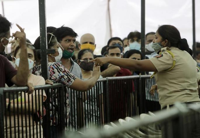 Ấn Độ ghi nhận thêm gần 390.000 ca nhiễm, nhiều bang hết vắc-xin - Ảnh 1.