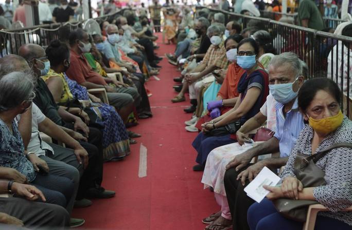 Ấn Độ ghi nhận thêm gần 390.000 ca nhiễm, nhiều bang hết vắc-xin - Ảnh 2.
