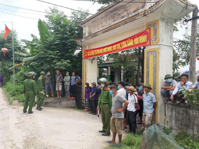 CLIP: Hàng trăm cảnh sát bao vây căn nhà nghi phạm bắn chết 2 người cố thủ - Ảnh 1.