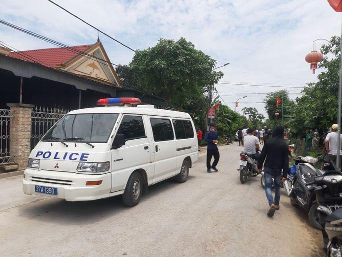 CLIP: Hàng trăm cảnh sát bao vây căn nhà nghi phạm bắn chết 2 người cố thủ - Ảnh 3.
