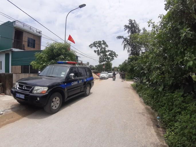 CLIP: Hàng trăm cảnh sát bao vây căn nhà nghi phạm bắn chết 2 người cố thủ - Ảnh 4.