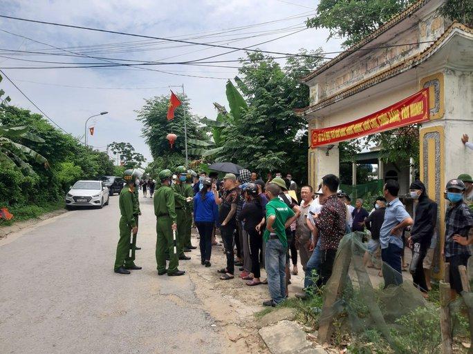 CLIP: Hàng trăm cảnh sát bao vây căn nhà nghi phạm bắn chết 2 người cố thủ - Ảnh 11.