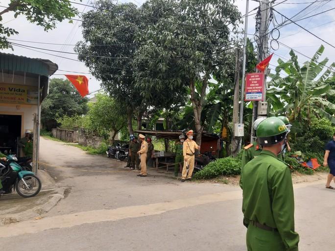 CLIP: Hàng trăm cảnh sát bao vây căn nhà nghi phạm bắn chết 2 người cố thủ - Ảnh 9.