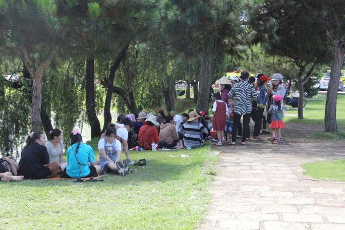 Mất 20 giờ chưa tới Đà Lạt do kẹt xe kinh hoàng ở đèo Bảo Lộc, Quốc lộ 20 - Ảnh 7.