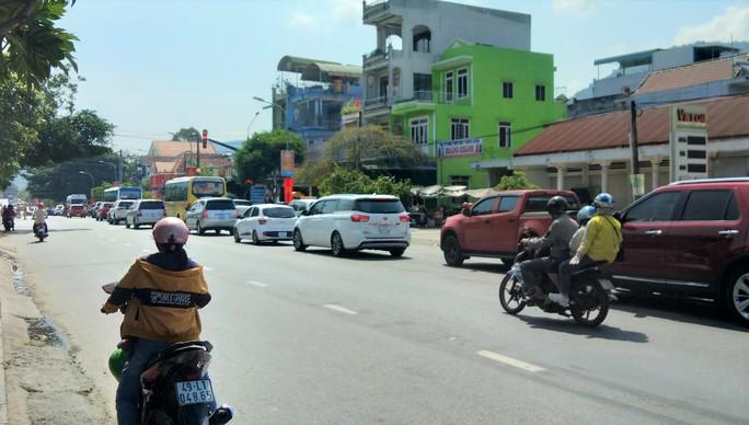 Mất 20 giờ chưa tới Đà Lạt do kẹt xe kinh hoàng ở đèo Bảo Lộc, Quốc lộ 20 - Ảnh 3.
