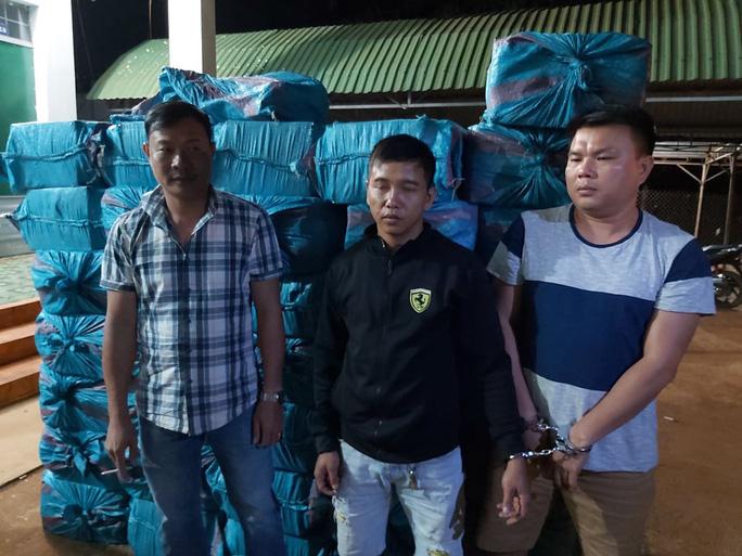 Bắt tạm giam 3 đối tượng vận chuyển hơn 18.000 bao thuốc lá lậu - Ảnh 1.