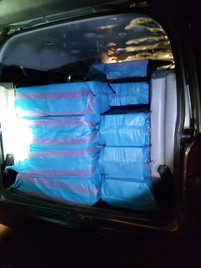 Bắt tạm giam 3 đối tượng vận chuyển hơn 18.000 bao thuốc lá lậu - Ảnh 2.