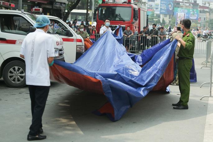 Vụ cháy 4 người tử vong: Người mẹ khóc lịm khi mất cả gia đình con trai - Ảnh 10.