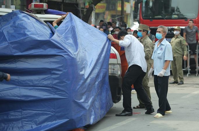 Vụ cháy 4 người tử vong: Người mẹ khóc lịm khi mất cả gia đình con trai - Ảnh 11.