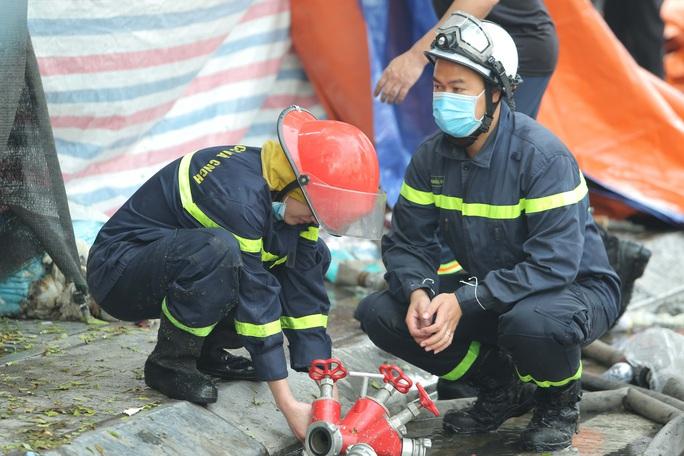 Vụ cháy 4 người tử vong: Người mẹ khóc lịm khi mất cả gia đình con trai - Ảnh 7.