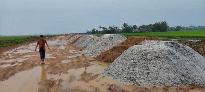 """Vụ trục lợi từ nạo vét âu thuyền: Hàng trăm khối cát """"lạ"""" xuất hiện ở dự án làm đường - Ảnh 1."""