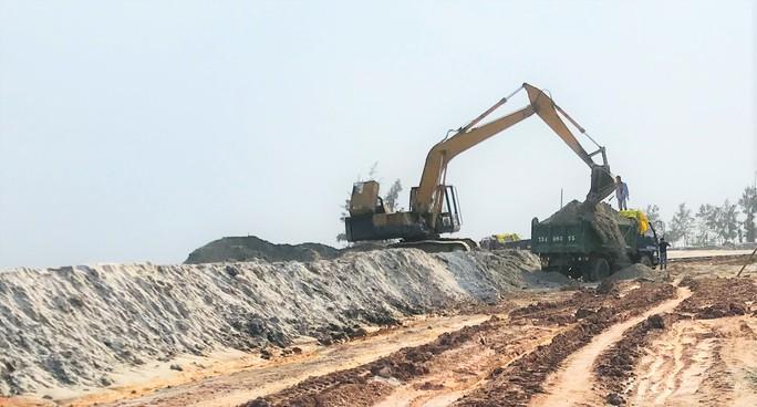 """Vụ trục lợi từ nạo vét âu thuyền: Hàng trăm khối cát """"lạ"""" xuất hiện ở dự án làm đường - Ảnh 3."""