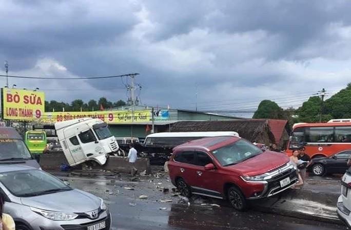 Kinh hoàng cuộn thép trên xe container rơi xuống đường gây tai nạn liên hoàn, kẹt xe nhiều giờ - Ảnh 2.