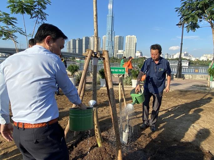 TP Thủ Đức trồng cây xanh bảo vệ môi trường - Ảnh 2.