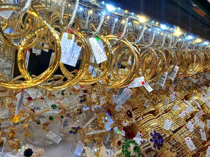 Giá vàng hôm nay 4-4: Tâm lý lạc quan sẽ đẩy giá vàng tăng - Ảnh 1.