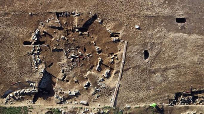 Đào đường, tình cờ khai quật kho báu đủ chất đầy một bảo tàng - Ảnh 2.