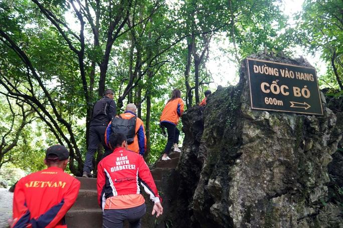 Lãnh đạo TP HCM và đoàn đua xe đạp Cúp Truyền hình TP HCM viếng khu di tích Pác Bó - Ảnh 2.