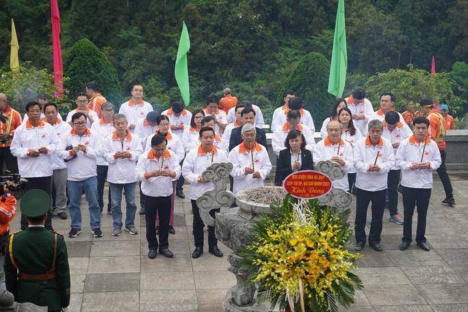 Lãnh đạo TP HCM và đoàn đua xe đạp Cúp Truyền hình TP HCM viếng khu di tích Pác Bó - Ảnh 1.