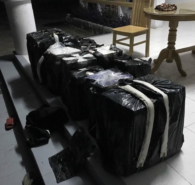"""CLIP: """"Bí mật"""" bên trong nhiều túi nylon màu đen quấn kín ở vùng biên - Ảnh 2."""
