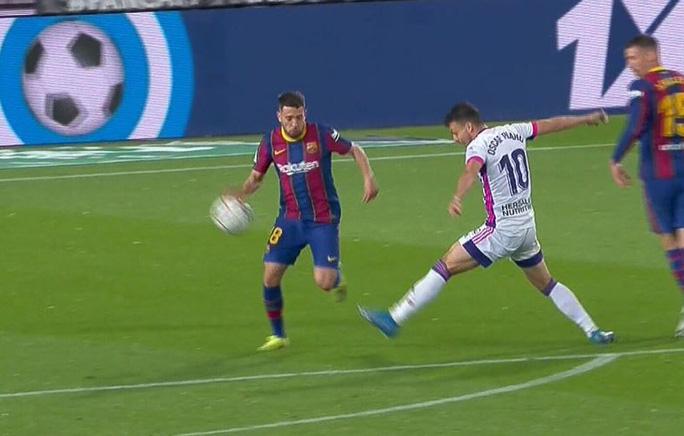 Messi lập kỷ lục, trọng tài nghi tiếp tay Barcelona hạ Valladolid - Ảnh 3.